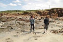 Camminando la linea costiera rocciosa Fotografia Stock Libera da Diritti
