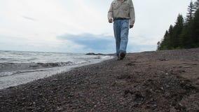 Camminando la riva del lago Superiore stock footage