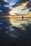 Camminando la spiaggia al tramonto Immagine Stock Libera da Diritti