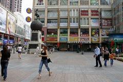 Camminando le strade dei negozi di Canton Fotografia Stock