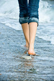 Camminando lungo il costo del mare Fotografia Stock Libera da Diritti