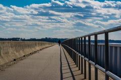 Camminando lungo il lago Murray Dam South Carolina immagine stock