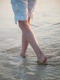 Camminando lungo il litorale Fotografie Stock