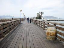 Camminando lungo il pilastro di legno lungo Fotografia Stock