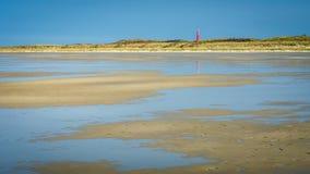 Camminando lungo la linea costiera di Schiermonnikoog sui Paesi Bassi summerday Immagini Stock Libere da Diritti