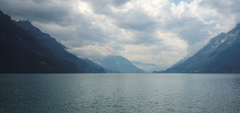 Camminando lungo la passeggiata di Brienz (alpi di Bernese), la Svizzera Immagini Stock Libere da Diritti