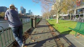 Camminando lungo la passeggiata di Southbank a Melbourne, l'Australia archivi video