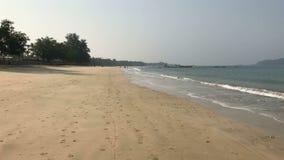 Camminando lungo la riva dell'oceano in Ngapali video d archivio