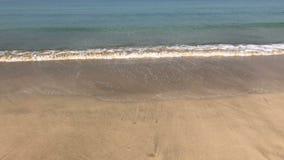 Camminando lungo la riva dell'oceano in Ngapali archivi video
