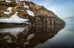 Camminando lungo la riva dell'oceano Pacifico, Kamchatka immagine stock libera da diritti