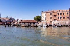 Camminando lungo le vie ed i canali stretti di Venezia, l'Italia Fotografia Stock
