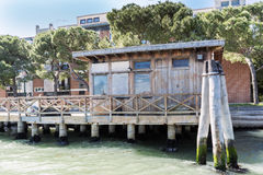Camminando lungo le vie ed i canali stretti di Venezia, l'Italia Fotografia Stock Libera da Diritti
