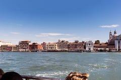 Camminando lungo le vie ed i canali stretti di Venezia, l'Italia Fotografie Stock Libere da Diritti