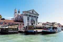 Camminando lungo le vie ed i canali stretti di Venezia, l'Italia Immagini Stock Libere da Diritti