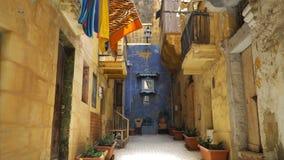 Camminando lungo le vie medievali di La Valletta, Malta stock footage