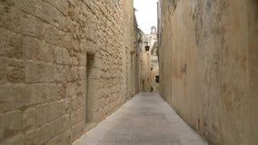 Camminando lungo le vie medievali di vecchio Mdina video d archivio