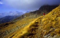 Camminando in montagne Immagine Stock