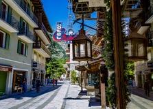 Camminando nel d' Aosta di Courmayeur Valle, l'Italia immagini stock libere da diritti