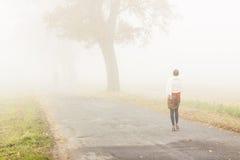 Camminando nel giorno nebbioso - Polonia. Fotografie Stock Libere da Diritti