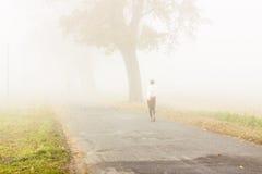 Camminando nel giorno nebbioso - Polonia. Fotografia Stock Libera da Diritti