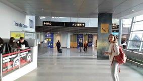 Camminando nel hyperlapse dell'aeroporto internazionale POV video d archivio