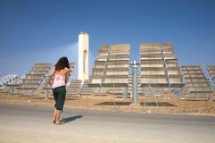 Camminando nell'impianto di ad energia solare Fotografie Stock Libere da Diritti