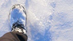 Camminando nella neve Piedi camminare Punti del piede Vista in prima persona stock footage