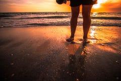 Camminando nella sabbia della spiaggia Fotografia Stock