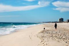 Camminando nella spiaggia Immagini Stock Libere da Diritti