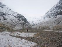 Camminando nella valle persa di Glencoe in inverno Fotografie Stock Libere da Diritti