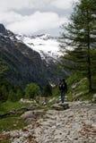 Camminando nelle alpi immagine stock