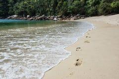 Camminando oltre al mare all'isola tropicale grande di Ilha Rio fa J Immagine Stock Libera da Diritti