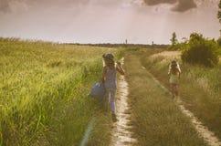 Camminando in percorso rurale romantico immagini stock libere da diritti