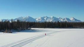 Camminando su un lago congelato stock footage