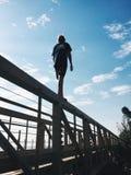 Camminando su un ponte fotografia stock libera da diritti