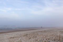 Camminando su una spiaggia abbandonata Fotografia Stock Libera da Diritti