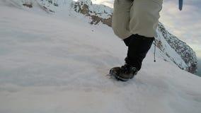Camminando sui ramponi sul movimento lento del ghiaccio video d archivio