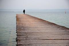 Camminando sul bacino del lago Fotografie Stock Libere da Diritti