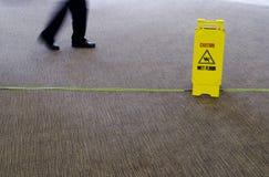 Camminando sul pavimento bagnato Immagine Stock Libera da Diritti