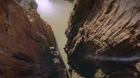 Camminando sul percorso pericoloso in parco nazionale stock footage