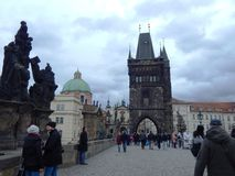 Camminando sul ponte del ` di Charles, Praga immagine stock libera da diritti