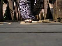 Camminando sul ponte di legno Fotografie Stock Libere da Diritti