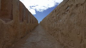 Camminando sul vecchio bastione della città video d archivio