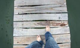 camminando sul vecchio ponte di legno Fotografie Stock