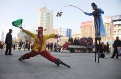 Camminando sul yuanxiao dei trampoli immagine stock libera da diritti