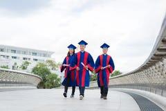 Camminando sulla città universitaria dell'istituto universitario Immagine Stock