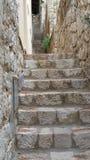 Camminando sulla parete in vecchia città fotografia stock libera da diritti