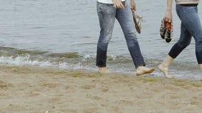 Camminando sulla sabbia stock footage