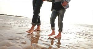 Camminando sulla sabbia bagnata archivi video