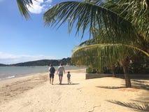 Camminando sulla spiaggia fotografie stock